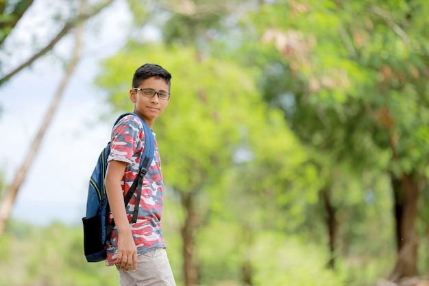 Indyjski chłopak z torbą