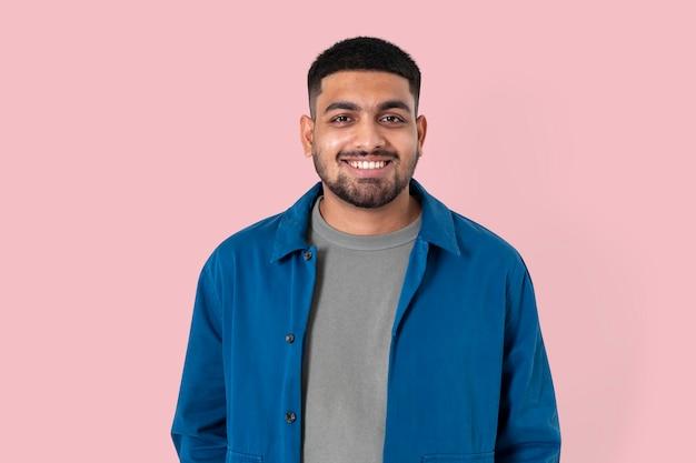 Indyjski człowiek uśmiechający się wesoły portret zbliżenie wyrażenie