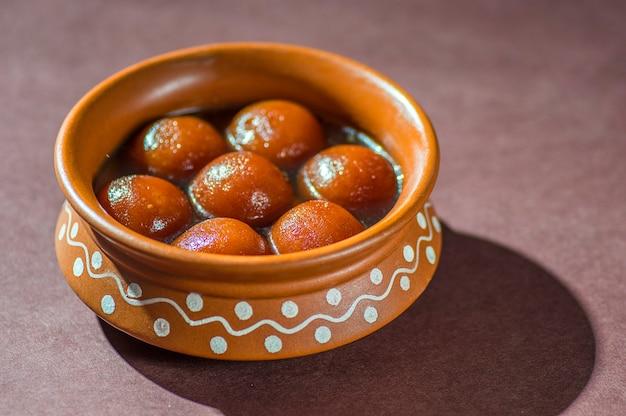 Indyjski deser gulab jamun w glinianym garnku