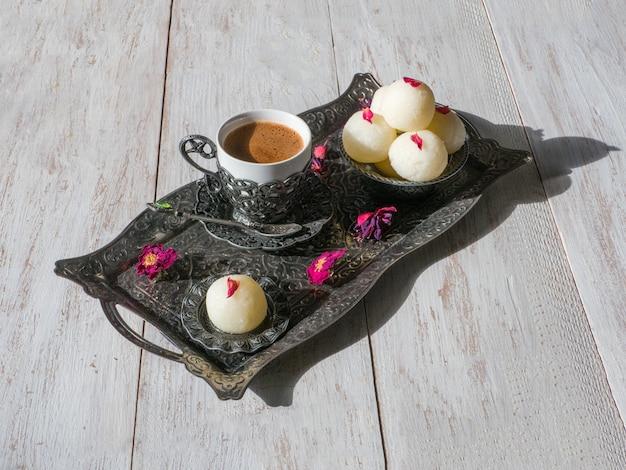 Indyjski deser rasgulla. słodki podawane w misce, widok z góry.