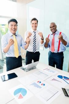 Indyjski dyrektor generalny informujący o sukcesie spotkania biznesowego