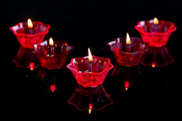 Indyjski Festiwal Diwali, Kolorowe Lampy Oleju Na Ciemnym Tle Premium Zdjęcia