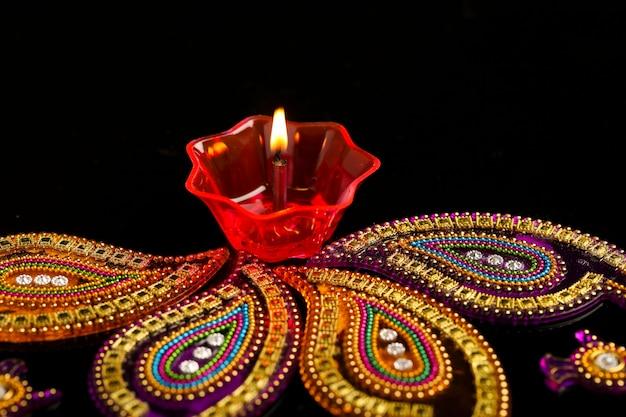 Indyjski festiwal diwali, kolorowe lampy oleju na ciemnym tle