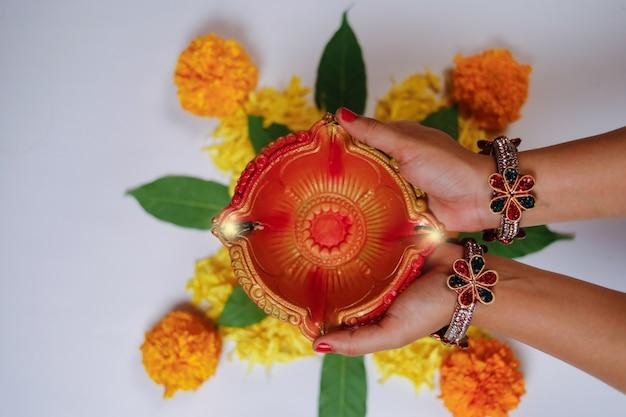 Indyjski festiwal diwali, lampa w ręku
