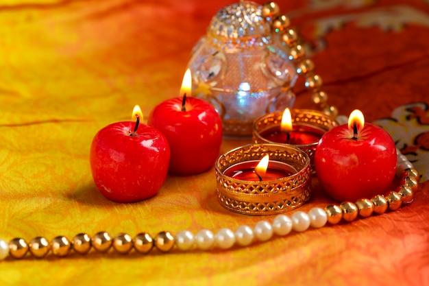 Indyjski festiwal diwali, świecąca świeca w kształcie jabłka