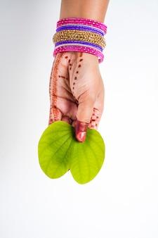 Indyjski festiwal dusera, w dłoni zielony liść apta