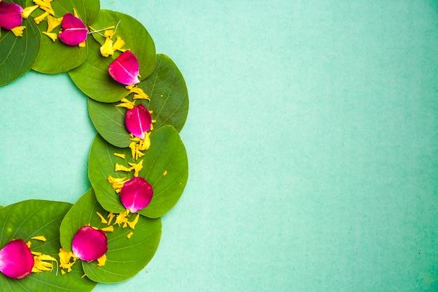 Indyjski festiwal dusera, zielony liść, ryż i kwiaty
