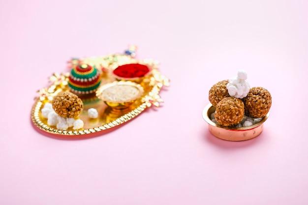 Indyjski festiwal makar sankranti koncepcja, piłka sezamowa i tilgul