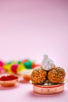 Indyjski festiwal makar sankranti, kulka z sezamem i sznurek latawca