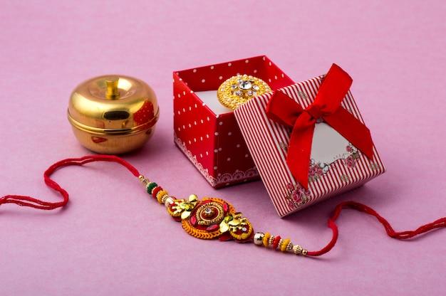 Indyjski festiwal raksha bandhan z eleganckim rakhi i pudełkiem prezentowym.