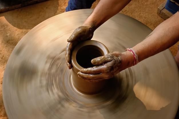 Indyjski garncarz przy pracy, shilpagram, udaipur, rajasthan, indie