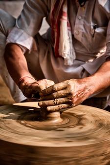 Indyjski garncarz w pracy, shilpagram, udaipur, radżastan, indie