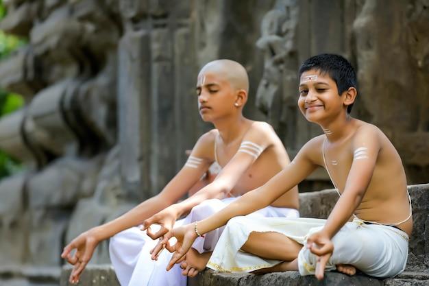 Indyjski kapłan robi medytację