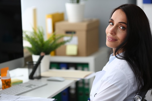 Indyjski kobieta dorosły lekarz portret twarzy aganist biura szpitalnego