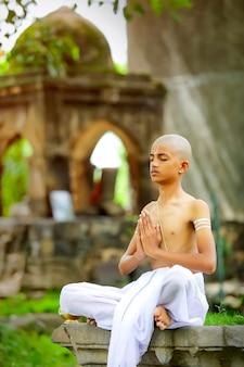 Indyjski ksiądz dziecko robi joga w parku