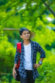 Indyjski ładny uczeń z plecakiem