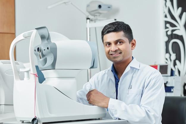 Indyjski lekarz pracujący w szpitalu