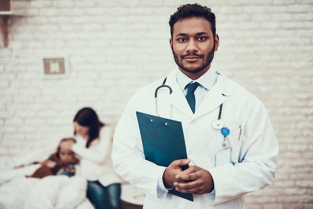 Indyjski lekarz widzący pacjentów w domu.