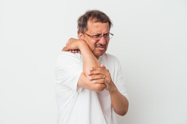 Indyjski mężczyzna w średnim wieku na białym tle o ból szyi z powodu stresu, masowania i dotykania go ręką.