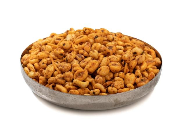 Indyjski namkeen food puff masala na białej ścianie
