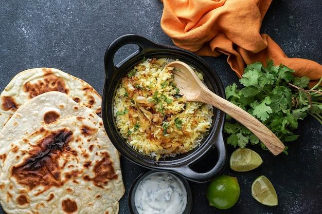 Indyjski pilaw z kurczaka biryani, z płaskim pieczywem