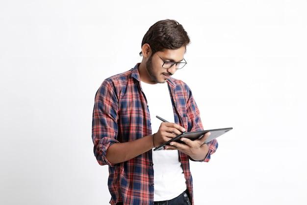 Indyjski profesjonalny projektant za pomocą tabletu graficznego podłączonego do smartfona za pomocą pióra cyfrowego