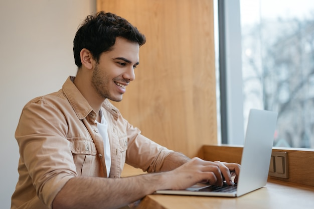Indyjski programista korzystający z laptopa, pracujący w domu