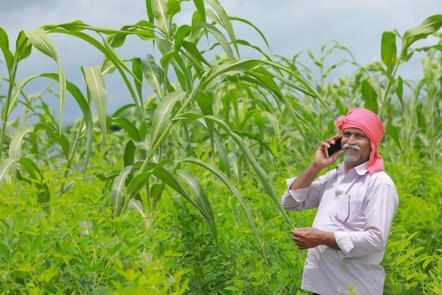 Indyjski rolnik przy użyciu telefonu komórkowego w dziedzinie rolnictwa