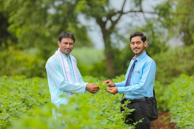Indyjski rolnik rozmowa z agronomem na farmie i zbieranie informacji
