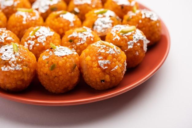 Indyjski słodki moticoor laddoo lub bundi laddu z bardzo małych kulek z mąki gramowej lub boondis, które są smażone w głębokim tłuszczu i moczone w syropie cukrowym przed zrobieniem kulek