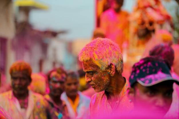 Indyjski stary człowiek bawiący się kolorami na festiwalu holi darmowe zdjęcia