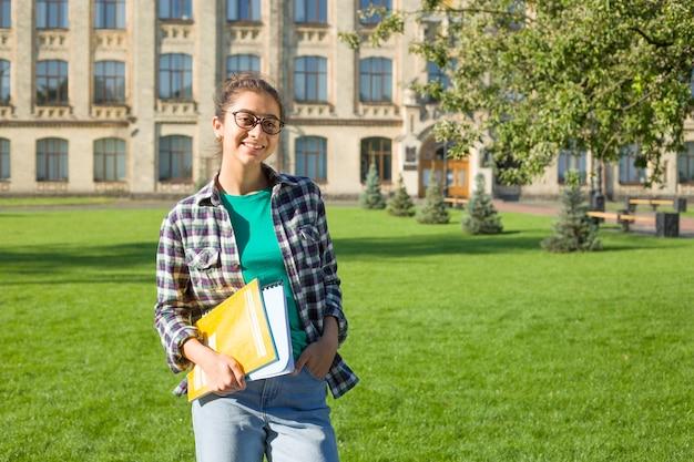 Indyjski studentka z książkami.