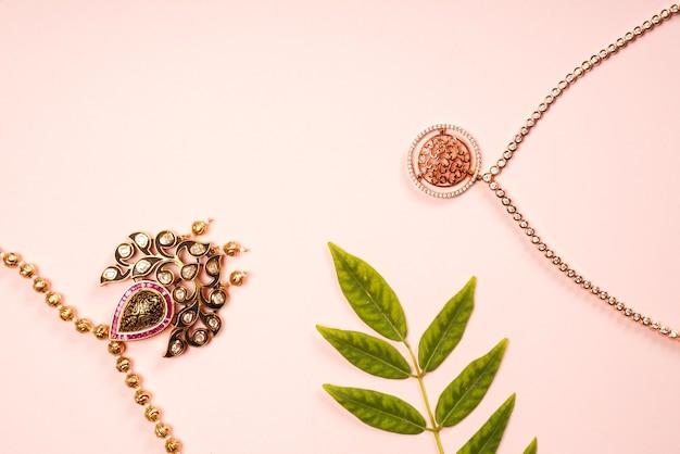 Indyjski tradycyjny naszyjnik biżuterii z liśćmi w kolorze różowym