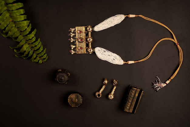 Indyjski tradycyjny naszyjnik projekt biżuterii z liśćmi