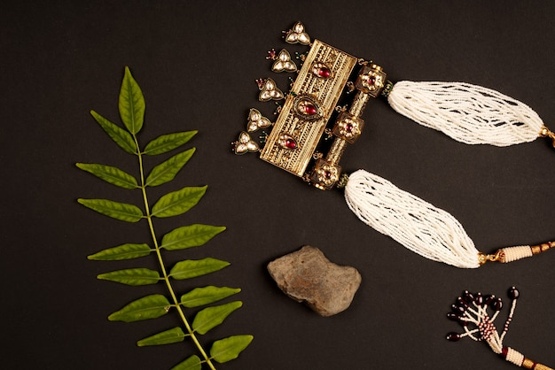 Indyjski tradycyjny naszyjnik z biżuterią z liśćmi 2