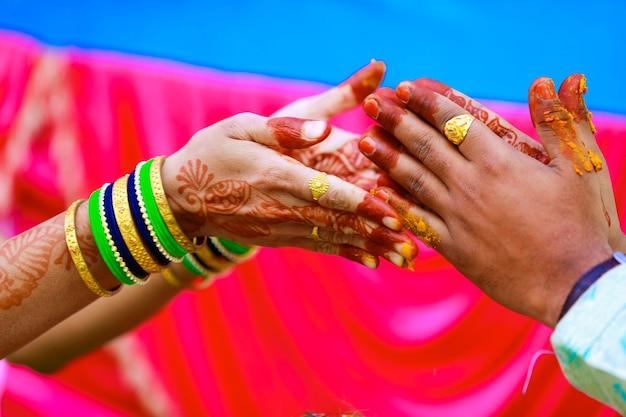Indyjski tradycyjny ślub pan młody ręka w ceremonii haldi