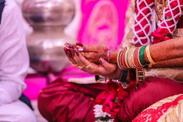 Indyjski tradycyjny ślub: ręka pana młodego i panny młodej