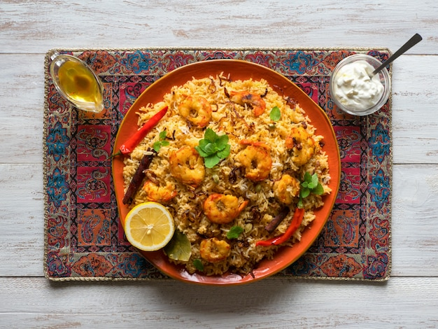 Indyjskie biryani z krewetkami. smaczne i pyszne krewetki biryani, widok z góry