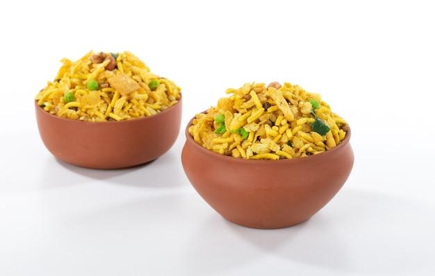 Indyjskie chrupiące i słone jedzenie rajasthani mixure, słynna potrawa stanu radżastan w indiach, izolowana na białej powierzchni