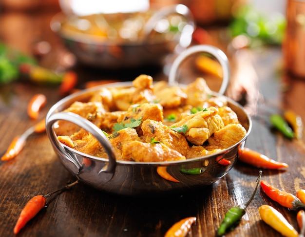 Indyjskie curry z kurczaka w naczyniu balti
