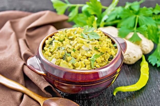 Indyjskie danie narodowe kichari z fasoli mung, ryżu, selera, szpinaku, ostrej papryki i przypraw w misce