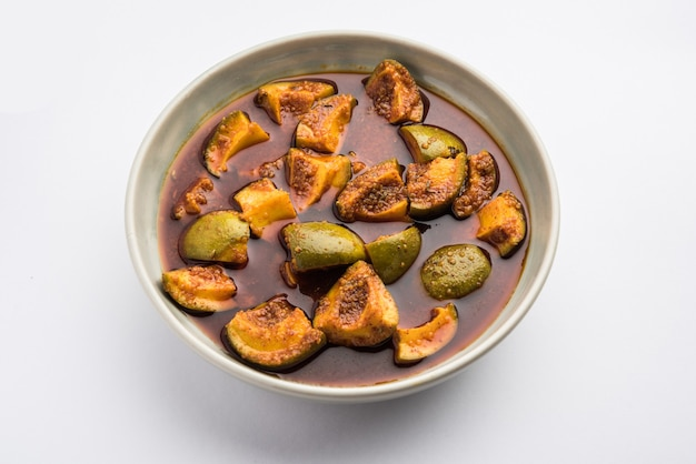 Indyjskie domowe surowe marynowane mango lub aam ka achar lub kairi loncha w misce