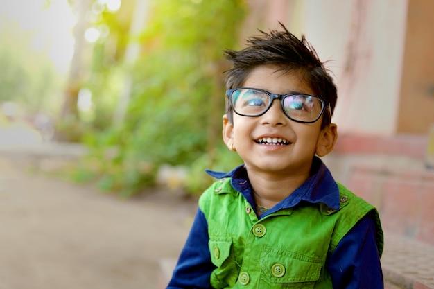 Indyjskie dziecko nosi okulary