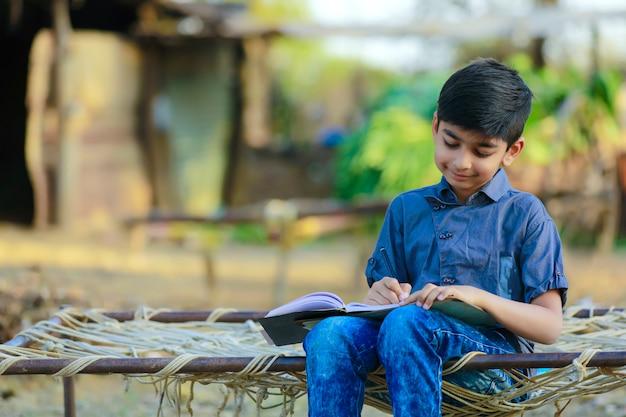 Indyjskie dziecko pisze na książki pamiętać