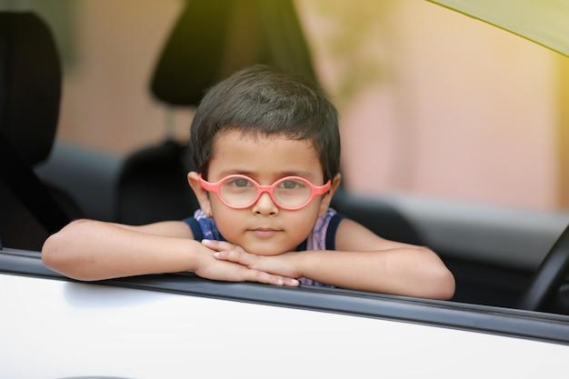 Indyjskie dziecko w samochodzie