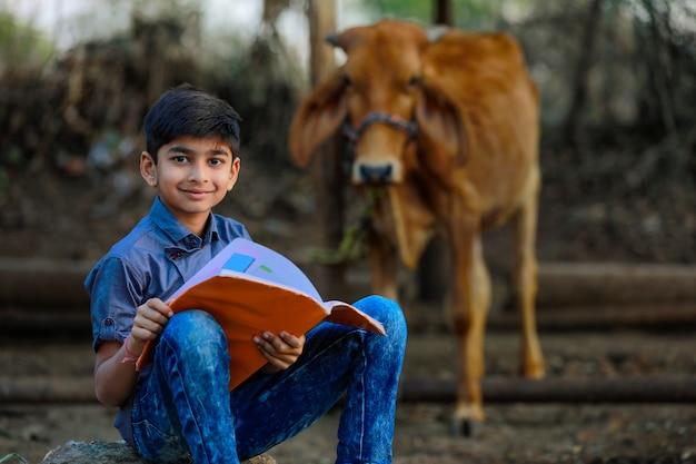 Indyjskie dziecko wiejskie z książką