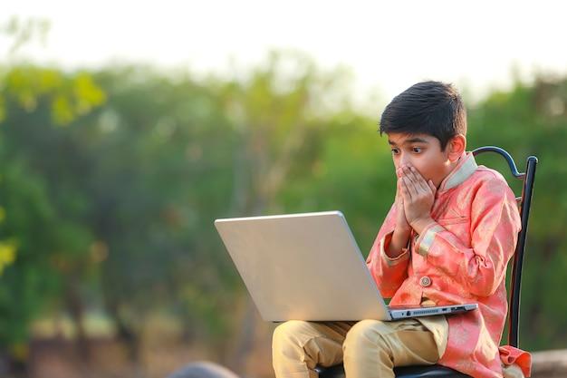 Indyjskie dziecko zaskakuje dobrą nowiną w laptopie
