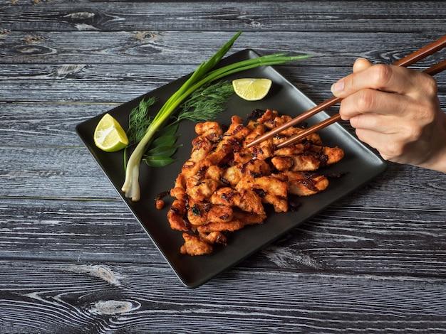 Indyjskie jedzenie. pikantny smażony kurczak. danie z południowych indii