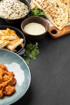 Indyjskie jedzenie pod wysokim kątem z sosem