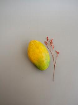 Indyjskie mango i suszony kwiat na tle